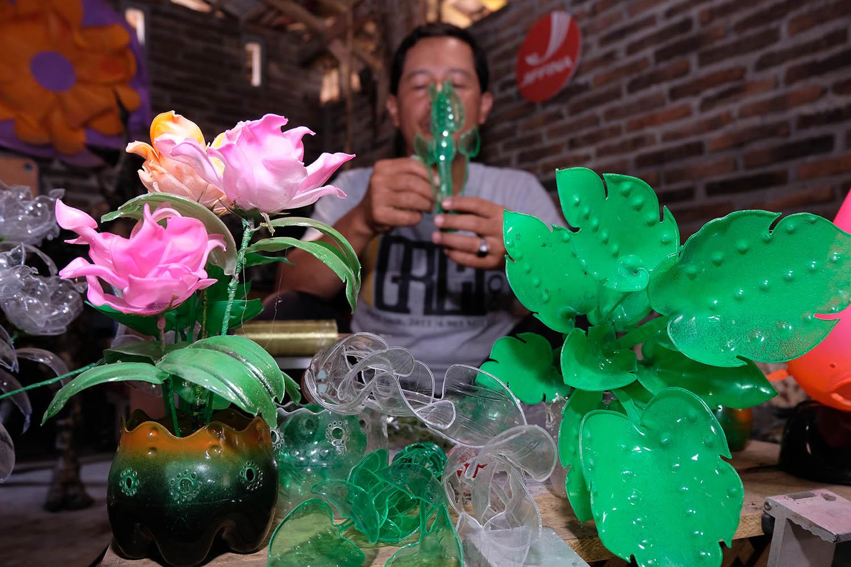 Berita Magelang Foto Kerajinan Botol Plastik Bekas Pelestarian Lingkungan Berbentuk Seni Bernilai Ekonomis
